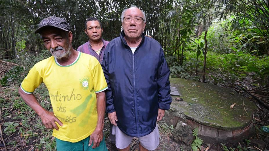 Vizinhos do terreno, Júlio Cesar Oliveira, Josimar Olívio e Edmundo Cipriano alertam para contaminação do poço que abastece a comunidade