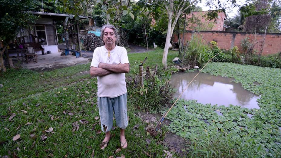 Morador da casa mais alta da região, Paulo Sérgio viu o esgoto invadir o lago e acabar com sua criação de peixes