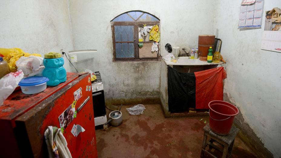 Umidade e infiltrações na cozinha de uma das famílias que moram ao lado do Campus Fidei