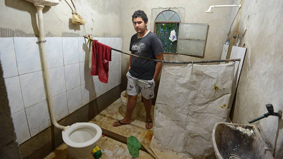 Com o andar térreo de casa destruído, o adolescente Leonardo Augusto, 14 anos, foi obrigado a se mudar coma mãe para o terraço