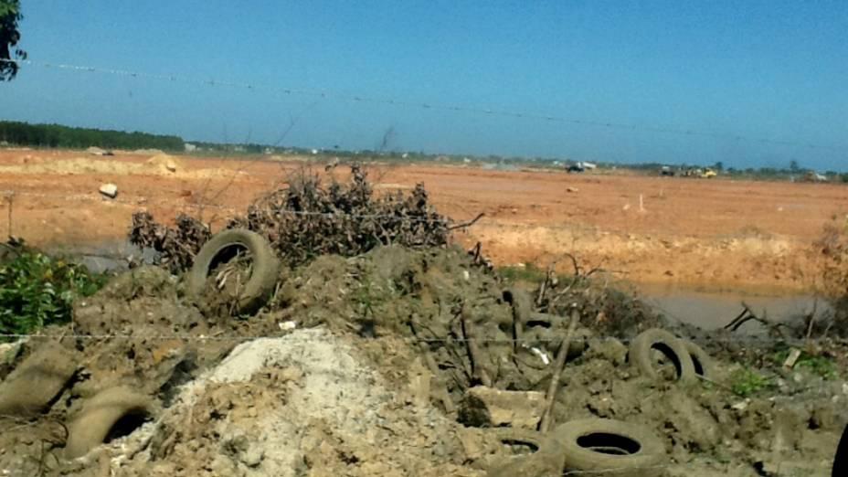 Depois da chuva, um canal alagado no terreno que receberá os 2 milhões de fiéis em Guaratiba