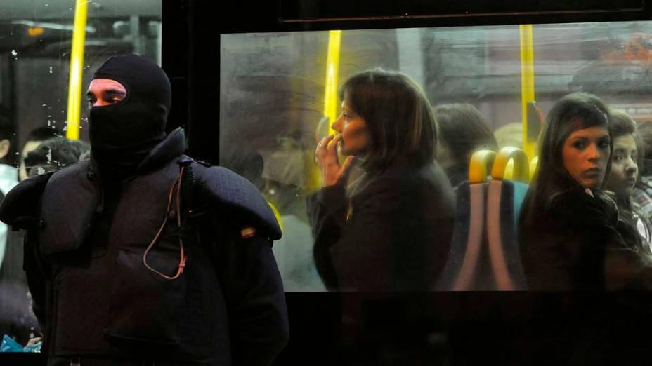 Na cidade de Burlada, guarda civil espanhol, em ponto de ônibus, durante operação contra as organizações bascas de Askatasuna e Ekin