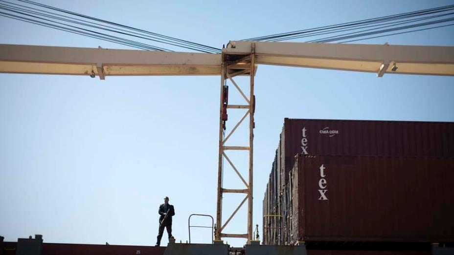 Guarda israelense protege área do porto de Ashdod, Israel, onde o primeiro ministro Benjamin Netanyahu e o ministro de defesa Ehud Barak inspecionaram carga apreendida em navio acusado de transportar armas para o Irã