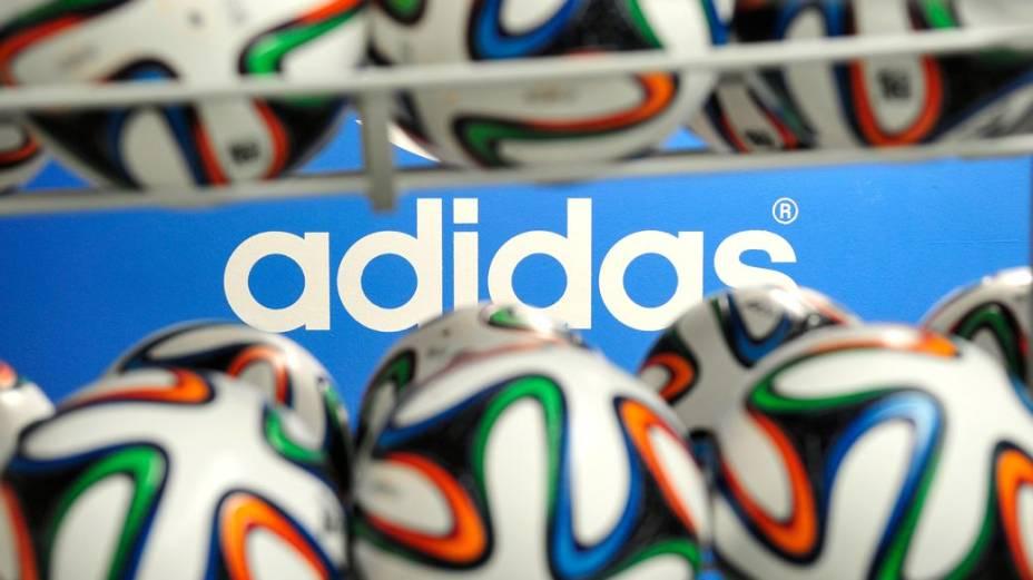 As bolas oficiais da Copa do Mundo de 2014 e a marca de sua fabricante, a Adidas