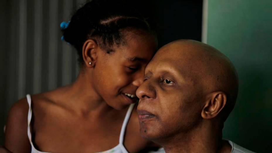 Guillermo Farinas com sua filha Diosangeles na sua casa em Santa Clara, Cuba.
