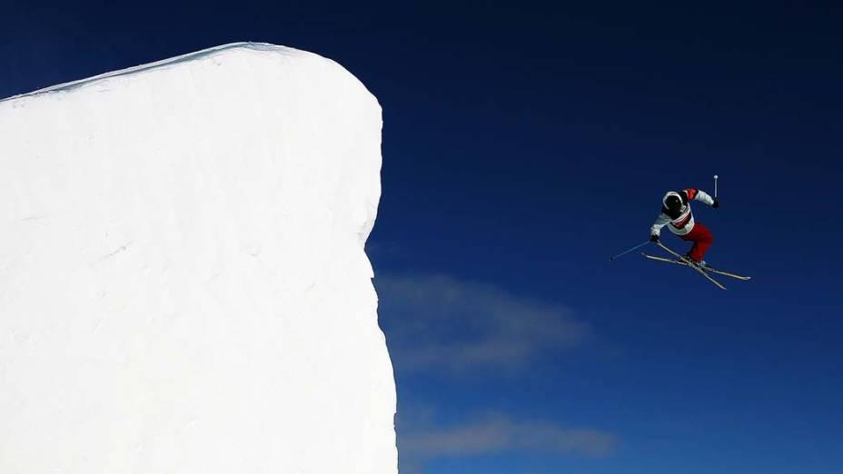 """O americano Gus Kenworthy durante final na modalidade """"Free Ski Slopestyle"""", nos Jogos de Inverno em Wanaka, Nova Zelândia"""