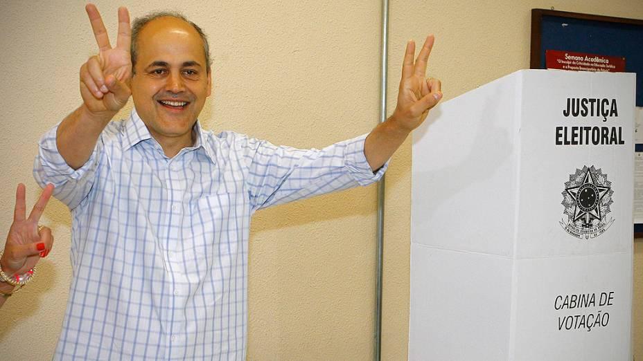 O candidato a prefeito de Curitiba Gustavo Fruet (PDT) vota na Universidade Curitiba, neste domingo