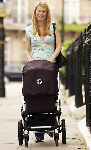 Gwyneth Paltrow leva a filha Apple, para uma caminhada em Londres, em 2004