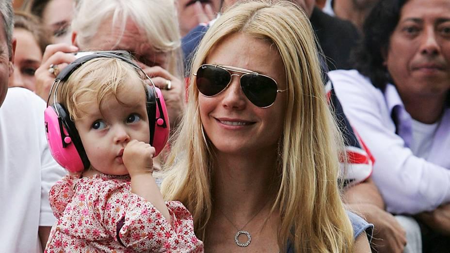 """Gwyneth Paltrow e a filha Apple assistem ao show do Coldplay, banda de seu marido, Chris Martin, durante o festival """"Live 8 London"""" no Hyde Park, em 2005"""