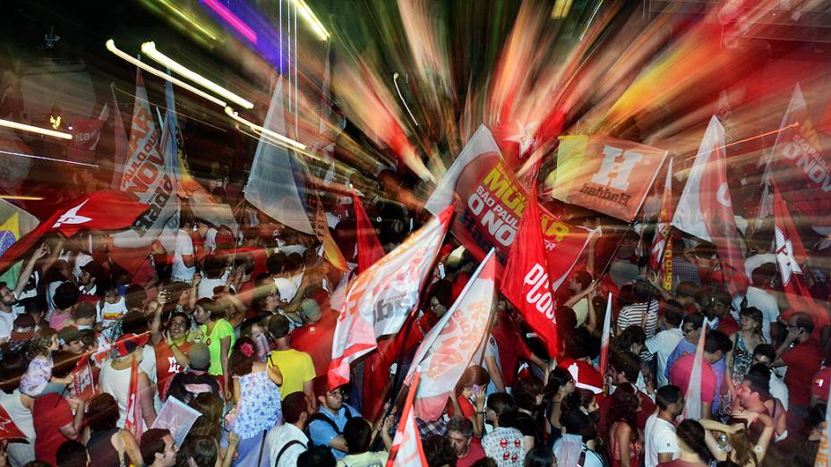 Militantes festejam na Avenida Paulista avitória de Fernando Haddad (PT) no segundo turno das eleições em São Paulo