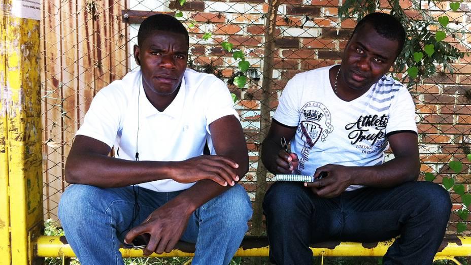 Rene Simoerno e Emold Lombest trabalham em frigorífico em Chapecó (SC)