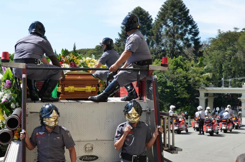 Cortejo chega ao cemitério Gethsemani. Hebe, uma das pioneiras da televisão brasileira, morreu aos 83 anos de parada cardíaca.