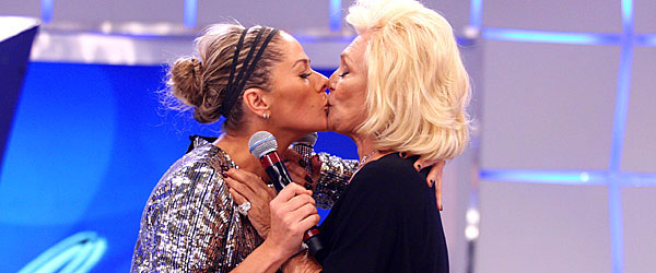A afilhada Adriane Galisteu ganha selinho de Hebe na gravação do programa do último dia 15
