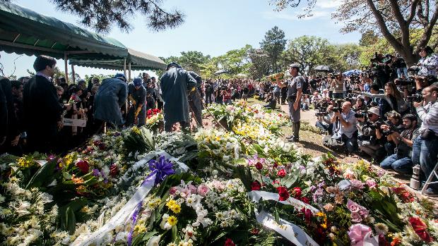 Coroas de flores depositadas no Cemitério Gethsemani em homenagem à apresentadora Hebe Camargo, enterrada neste domingo