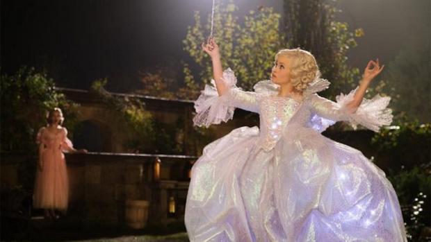 Helena Bonham Carter como Fada Madrinha em Cinderela