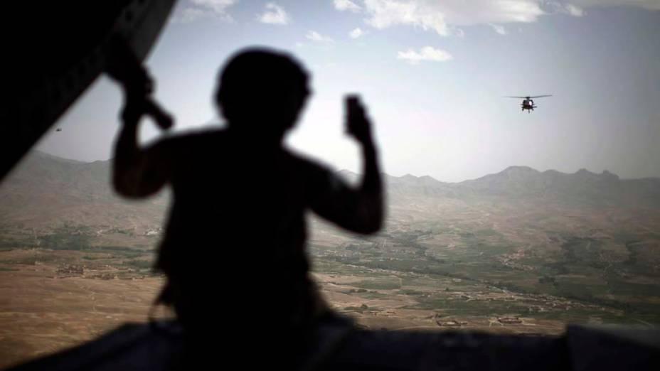 Helicóptero do exército americano sobrevoa a cidade de Ghazni, Afeganistão