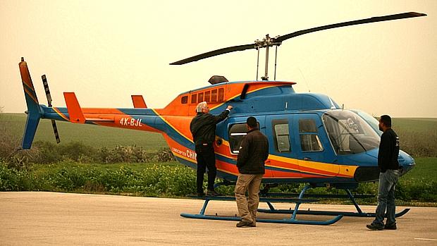 Helicóptero alugado pelo Israel Project em aeroporto de Herzliya, perto de Tel Aviv
