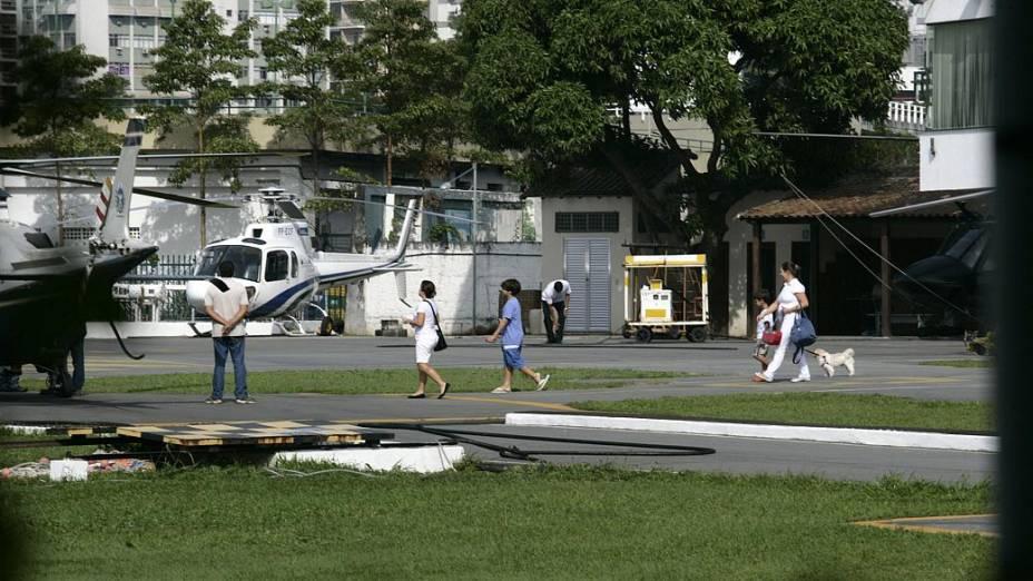21 de junho - 10h46: O Agusta volta para a Lagoa, onde Adriana embarca com dois filhos, duas babás e o cachorro Juquinha