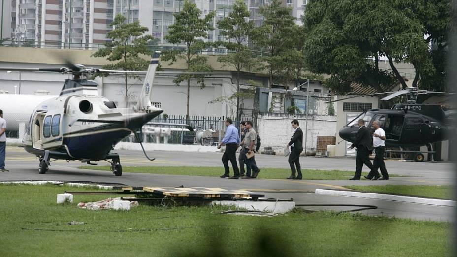 20 de junho - 13h04: Cabral e o filho Marco Antono embarcam no Agusta, aeronave comprada em 2011 por 15,7 milhões de reais, rumo ao Palácio Guanabara, que fica a uma distância de apenas sete quilômetros