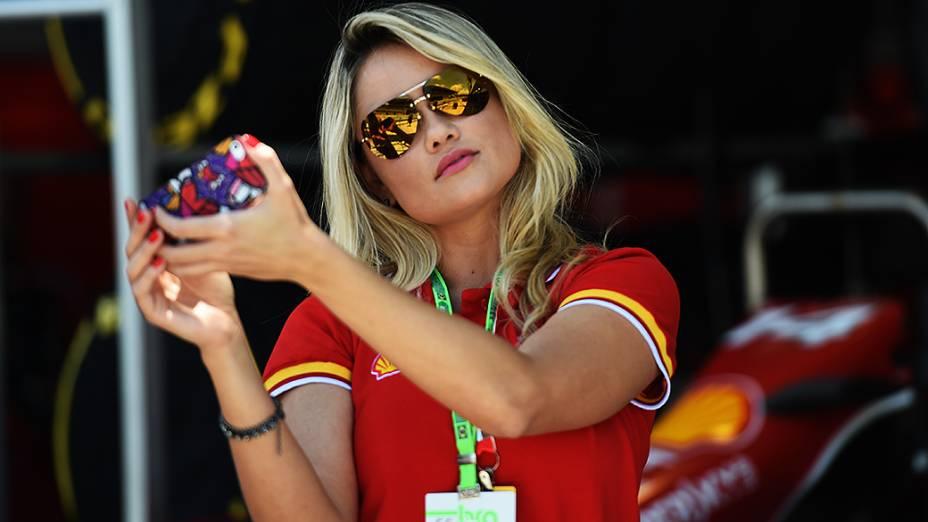 Ellen Roche faz uma selfie nos bastidores do GP Brasil de Fórmula 1, em Interlagos