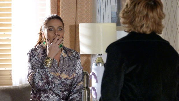 Helô (Giovanna Antonelli) descobre que Lívia (Claudia Raia) já foi stripper