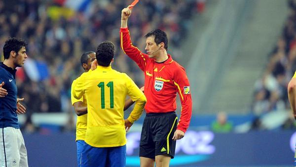Hernanes foi expulso no amistoso com os franceses em 2011