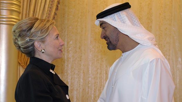 Hillary Clinton cumprimenta o sheik Mohammed bin Zayed Al Nahyan em sua chegada a Abu Dhabi