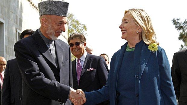 Hillary Clinton desembarcou em Cabul para uma visita surpresa e se reuniu com o presidente afegão, Hamid Karzai