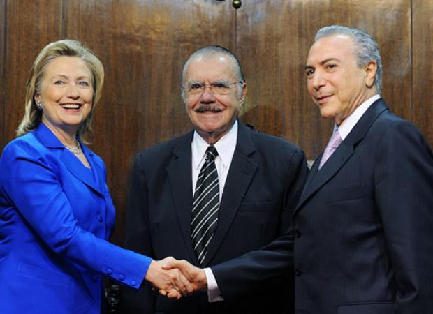 Hillary Clinton cumprimenta Michel Temer ao lado de Sarney