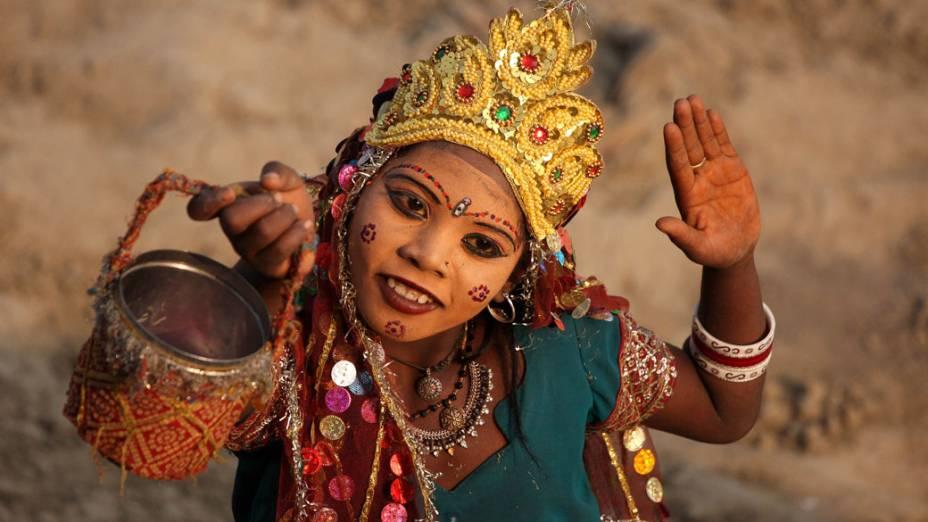 Criança pede dinheiro para o Khumba Mela, o principal festival do hinduísmo que acontece em 2013