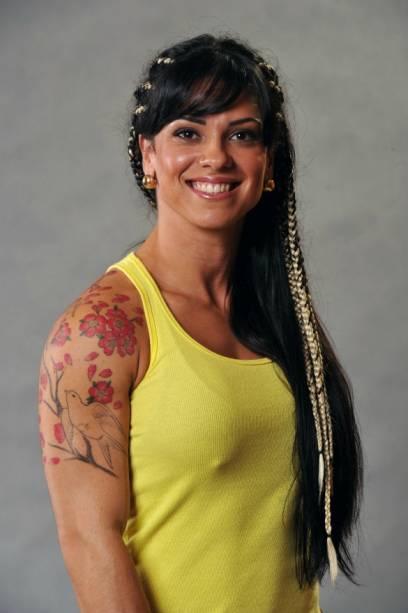 Tatuadora, Polliana é brasiliente e tem 27 anos. Faz faculdade de educação física, luta jiu-jítsu e muay thai