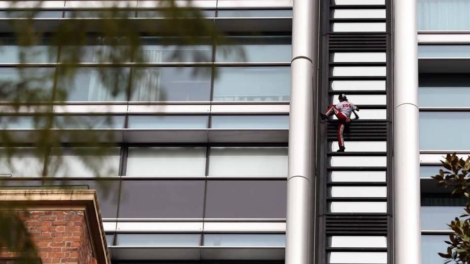 """Alain Robert, o """"homem aranha francês"""", escala um prédio de 57 andares em Sidney, na Austrália. Ele é conhecido por já ter chegado ao topo de 85 edifícios ao redor do mundo"""