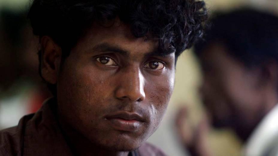 Pescador birmanês pede asilo no porto de Krueng Raya Aceh. Cerca de 129 birmaneses foram resgatados por um barco de pesca na Indonésia