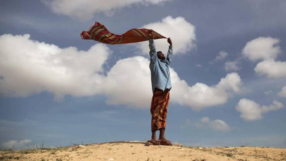 Homem em campo para refugiados na região de Ras Jedir, Tunísia