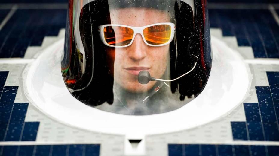 "Na Holanda, membro da equipe Nuon Solar no estádio olímpico de Amsterdã. Em outubro a equipe holandesa participará do ""World Solar Challenge"", corrida de carros solares na Austrália"