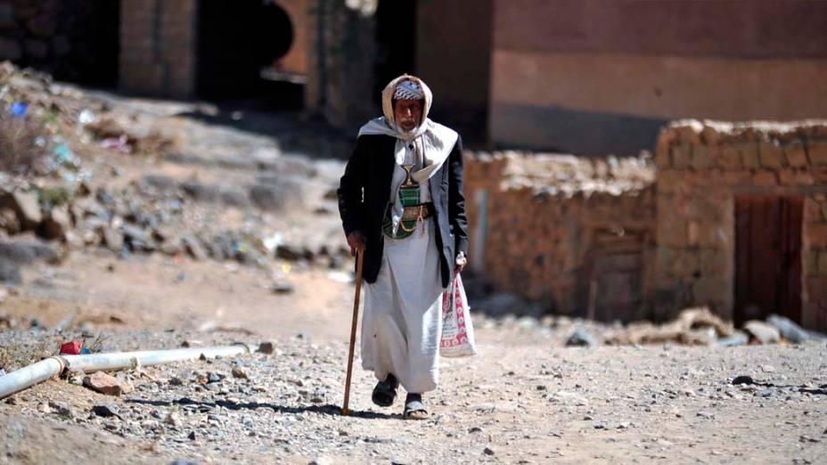 Homem nas ruas da antiga cidade de Sawan, no Iêmen