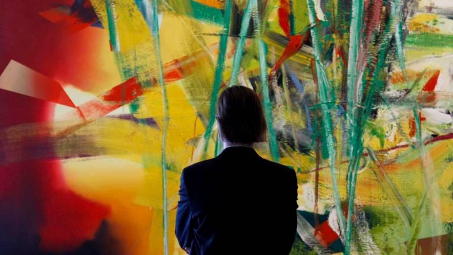 Visitante observa obra em exposição do artista alemão Gerhard Richter em Berlim, Alemanha