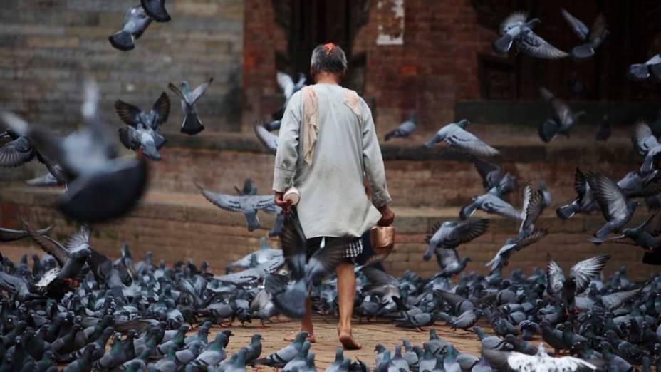 Homem na praça Bashantapur Durbar, em Katmandu, Nepal