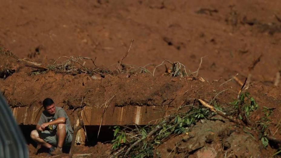 Homem em terreno onde ficava sua casa, antes do deslizamento de terra que atingiu Nova Friburgo, Rio de Janeiro