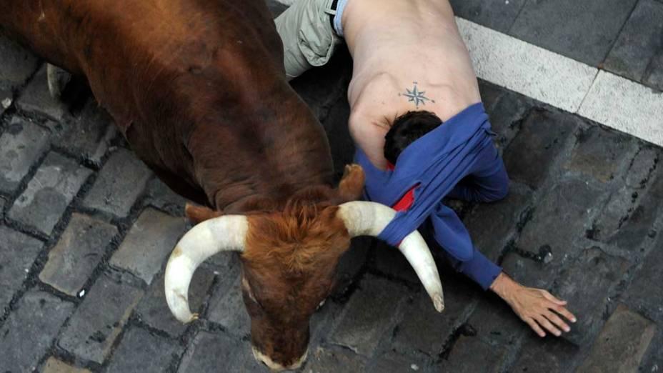 Touro derruba folião durante as comemorações do festival de São Firmino, na cidade espanhola de Pamplona