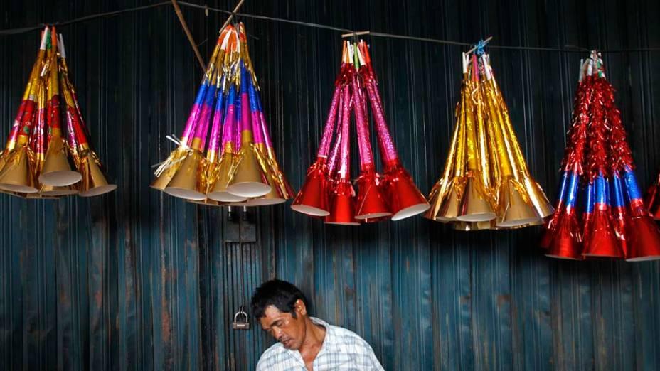Comerciante adormece nas ruas de Jacarta, Indonésia