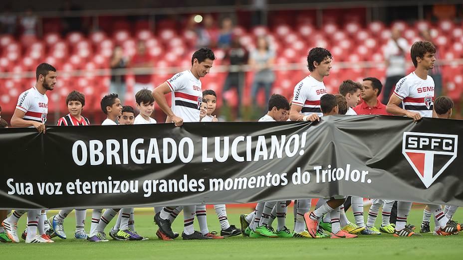 Time do São Paulo presta homenagem ao narrador esportivo Luciano do Valle, em partida contra o Botafogo no Morumbi