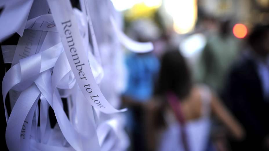 Milhares de fitas brancas são amarradas no portão da igreja de São Paulo, em Nova York, durante o aniversário de 10 anos do 11 de Setembro