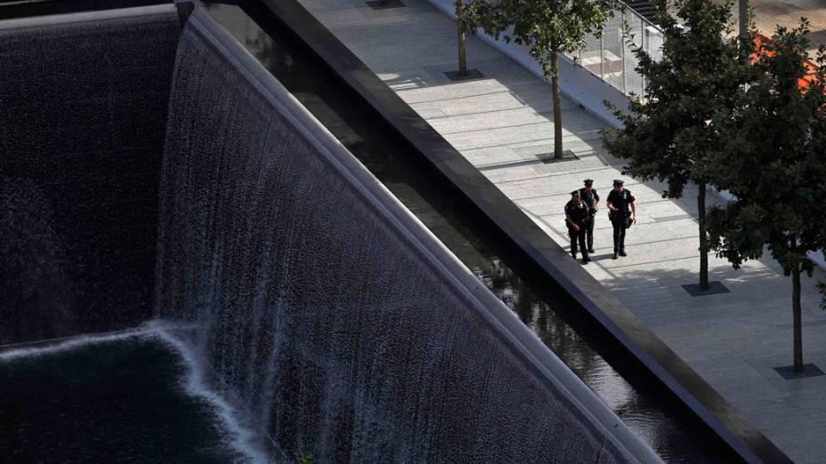 Policiais patrulham a região próxima a piscina sul no World Trade Center, em Nova York