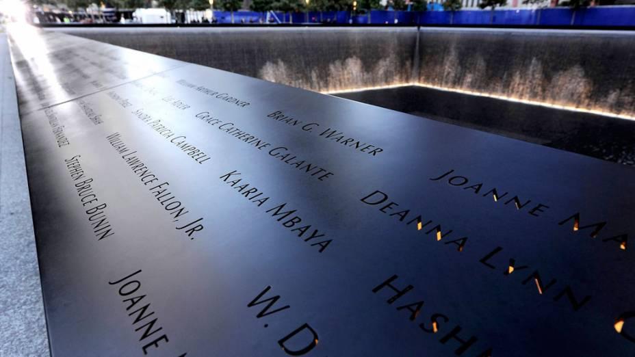 Nomes das vítimas dos atentados em 11 de setembro de 2001 gravados no memorial World Trade Center, em Nova York