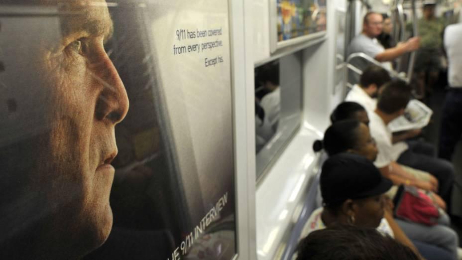 Cartaz no metrô de Nova York, divulga a entrevista com o ex-presidente George W. Bush sobre o 11 de Setembro