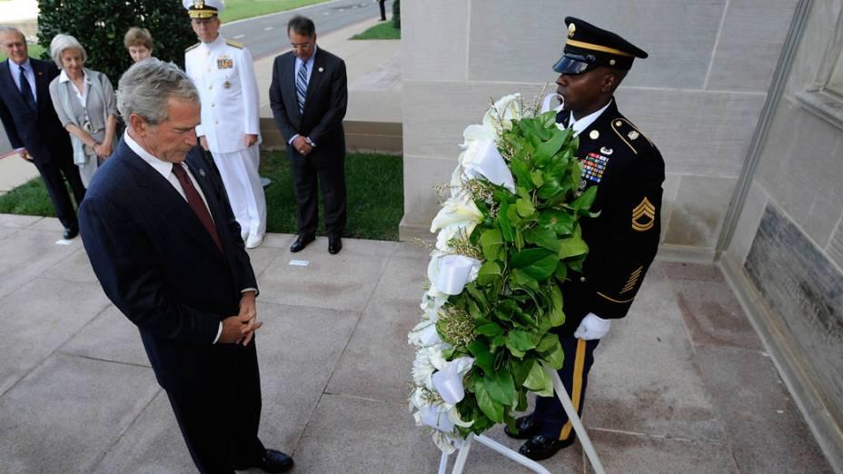 Ex-presidente George W. Bush presta homenagem as vítimas do Pentágono no 11 de Setembro, em Washington