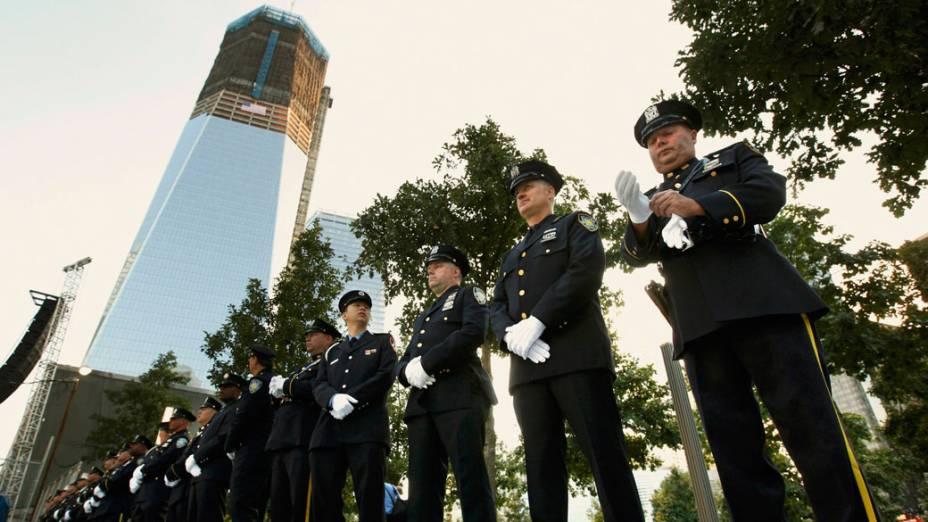 Policiais, bombeiros e autoridades portuárias de Nova York aguardam o início das homenagens as vítimas do 11 de Setembro