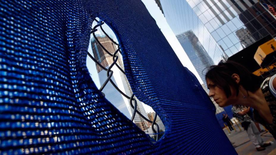Mulher observa as construções do novo World Trade Center, em Nova York