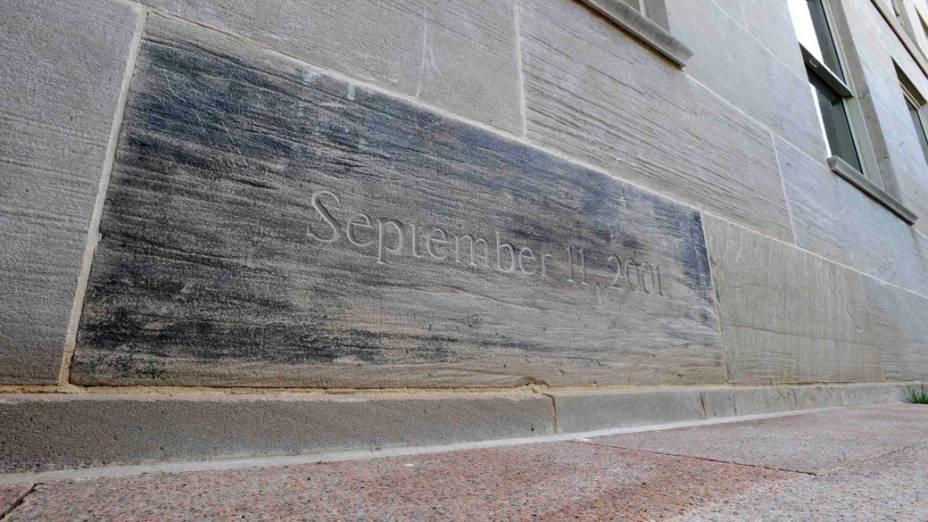 Pedra usada na reconstrução do Pentágono, marca o local onde o avião atingiu o prédio, nos ataques do 11 de Setembro